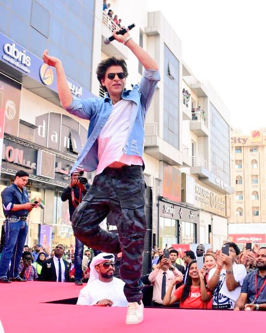 RT @SRKUniverse: Entertainment is His inseparable shadow! These pictures show us how! #SRKatKalyanLaunch #SRKInDubai https://t.co/8aOWB2N2cI
