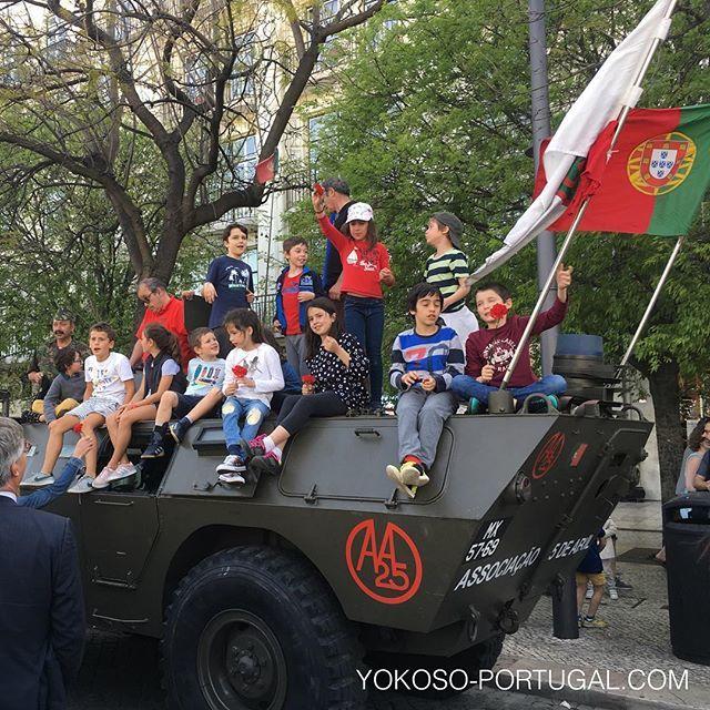 test ツイッターメディア - 昨日行われた自由記念日は、1974年に起きたカーネーション革命を記念日。ポルトガル人はカーネーションを持って自由を祝福します。 #ポルトガル https://t.co/XSNjy5hXRM