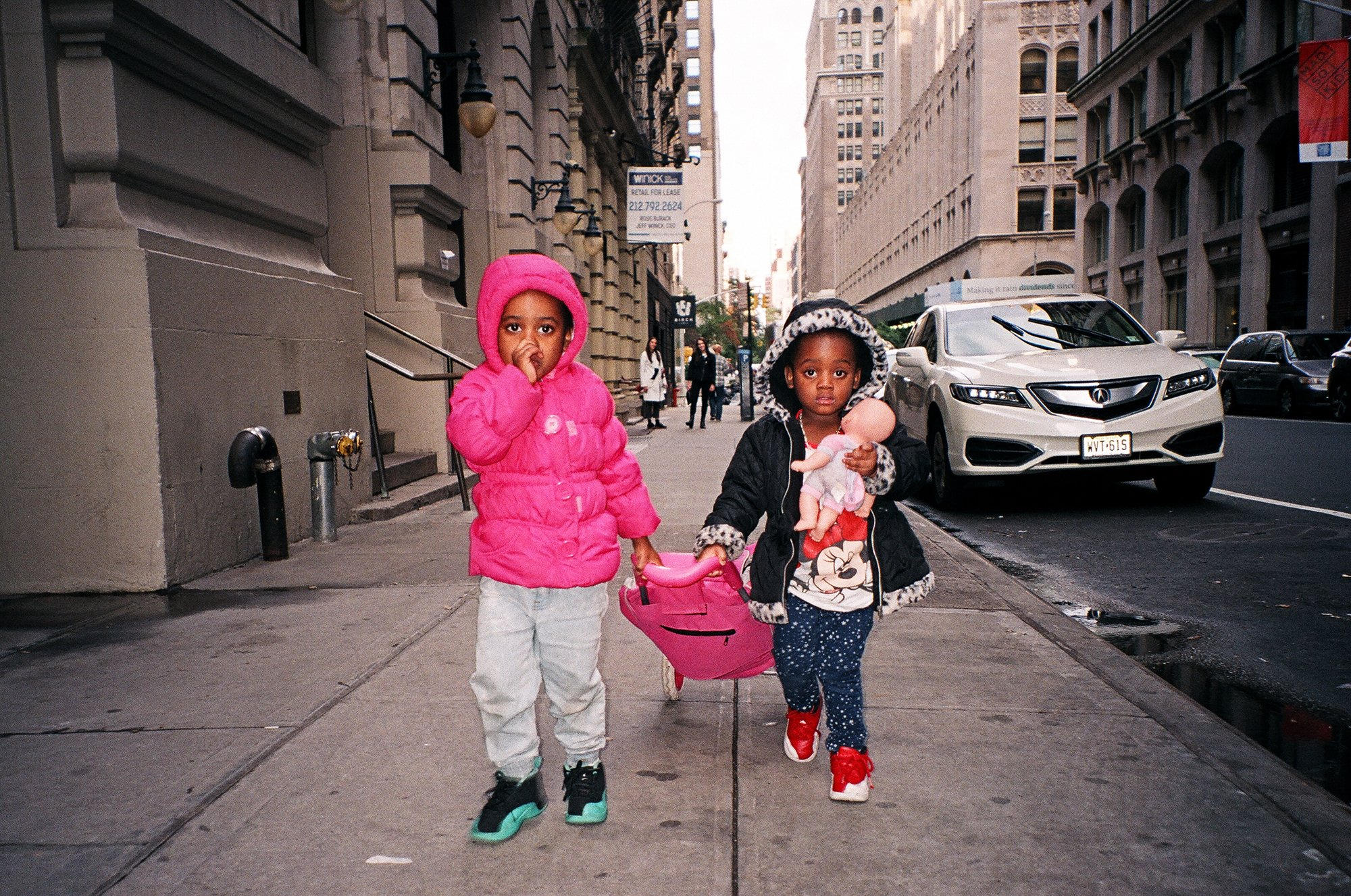 Photographer Chase Hall captures intimate moments on the streets of NYC: https://t.co/RxAFEQ3pFp https://t.co/sMRwOW5pr0
