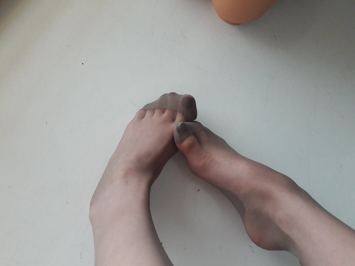 2 pic. #feet and #nylonfloat 👌 #higharches and #toecleavage 👸 M3KIgHjI5v