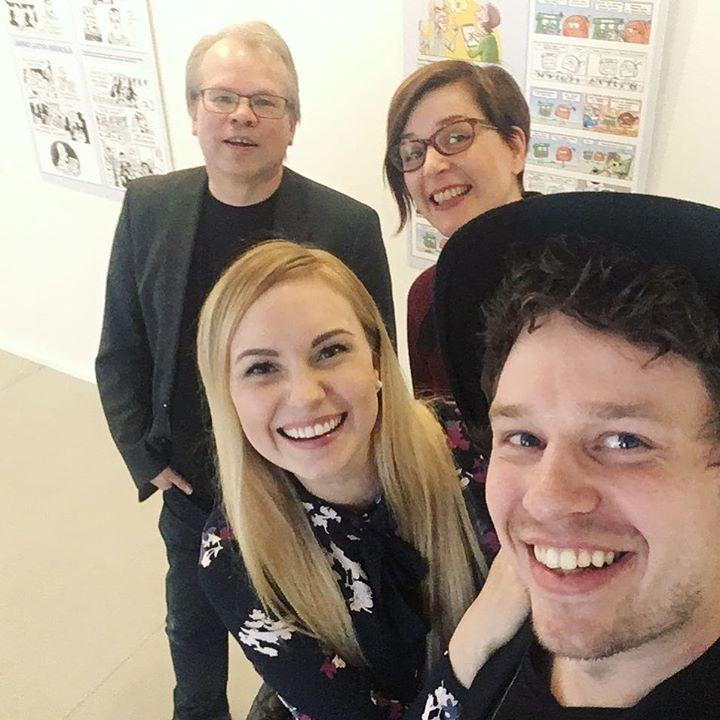 """test Twitter Media - """"Ruurut peräjulukkaa""""-sarjakuvanäyttelyn avajaisia vietettiin tänään Taidekeskus Harrissa. Kuvassa näyttelyn koonnut Timo Kokkila sekä Poksi ja Lådan piirtäjä Satu Cozens. Ja me Pöyrööt. ♦️♦️♦️ #ruurutperäjulukkaa #taidekeskusharri #sarjakuva #näyttely #pöyrööt #poksijalåda https://t.co/3E7LdsdWHS"""