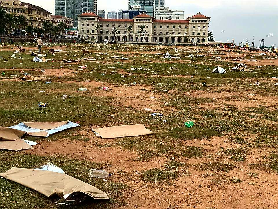 Shared on FB by a friend, this is a pic of Galle Face one morning a few days ago. We can't blame politicians, the weather, inflation or the rupee. This is all on us. We did this. As they say, people get the rulers they deserve. #WeAreBetterThanThis https://t.co/r1dgDfQnNh