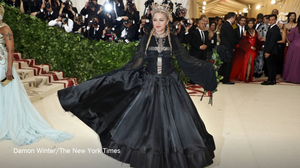 Madonna at the Met Gala. All the guests are now inside. https://t.co/uhxp3mFfdx https://t.co/Hbf2eEXevv