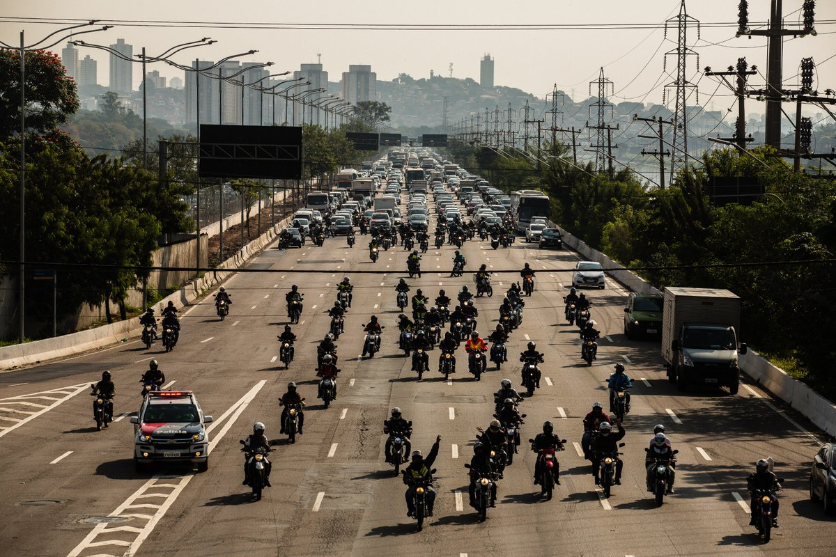@BroadcastImagem: Motoboys bloqueiam trânsito na Marginal Pinheiros, sentido zona sul de São Paulo. Valéria Gonçalvez/Estadão