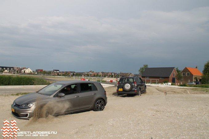 Auto vast in het zand https://t.co/wTQuq1o3AH https://t.co/e8JaRVjTaR
