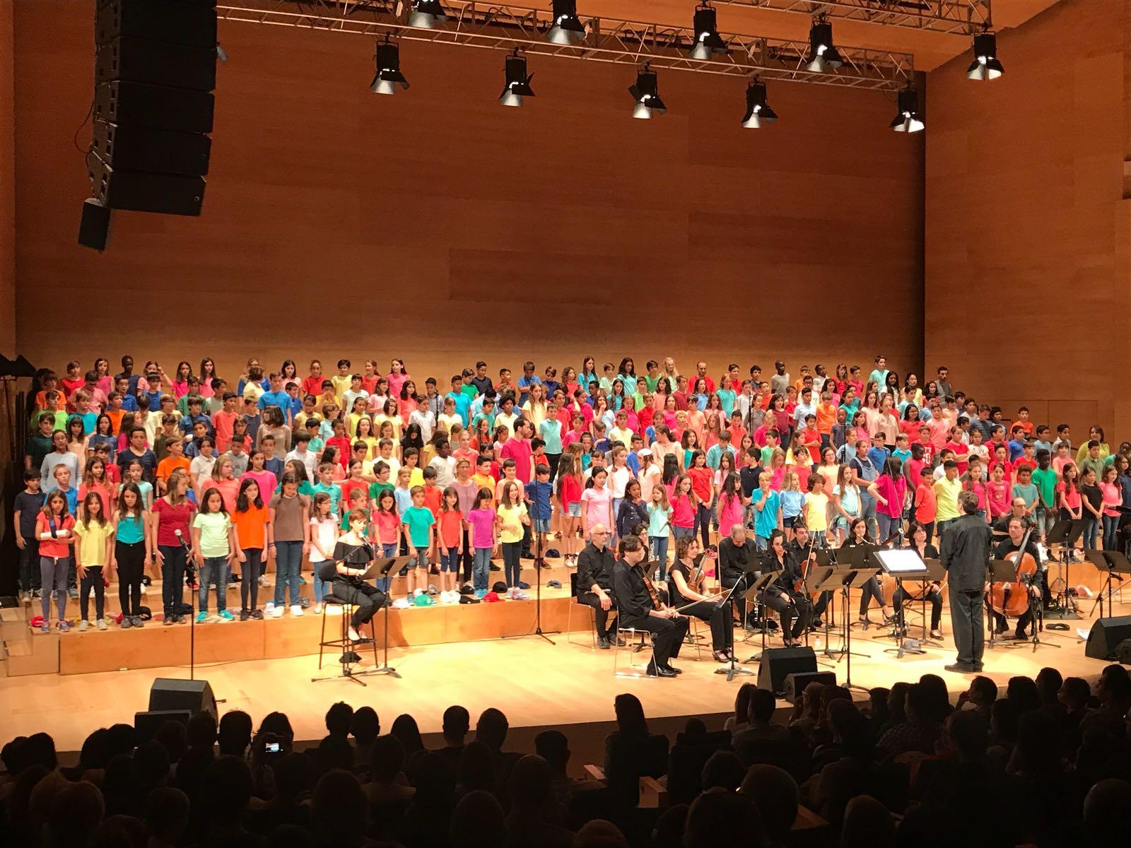 """L'@alcaldessa_gi assisteix a la 21a edició de """"Tots junts a cantar"""", que sota el tema Els aprenents de solfa, ha permès més d'un miler d'alumnes aprendre música, participar en un espectacle i relacionar-se amb els companys. Avui ho han demostrat en concert! https://t.co/gJ0Qn3SR0N"""