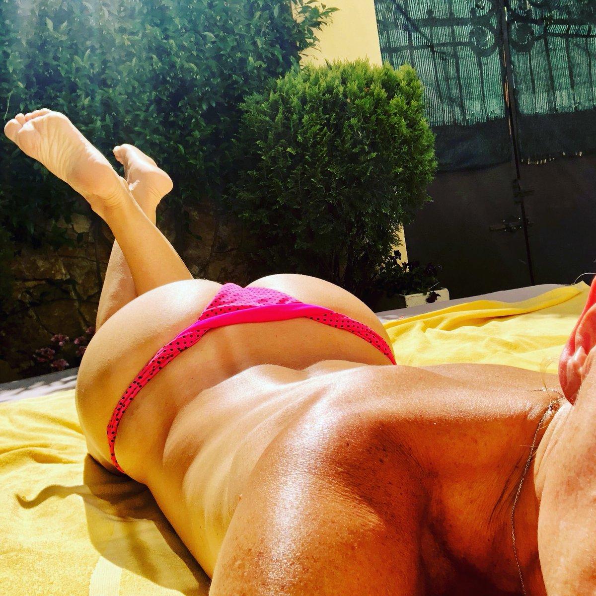 Estoy feliz, pero muy feliz tomando el sol... me encanta estar en mi jardín, quieres venir ponerme crema