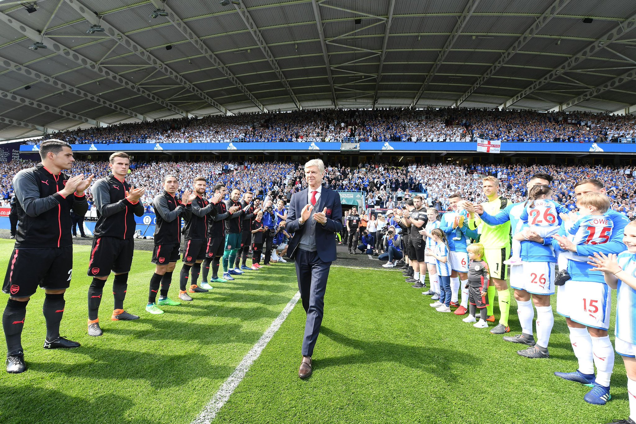 A few pictures of Arsene Wenger on his last match as Arsenal manager. #afc #arsenal #MerciArsène https://t.co/2g1PSnpYVg
