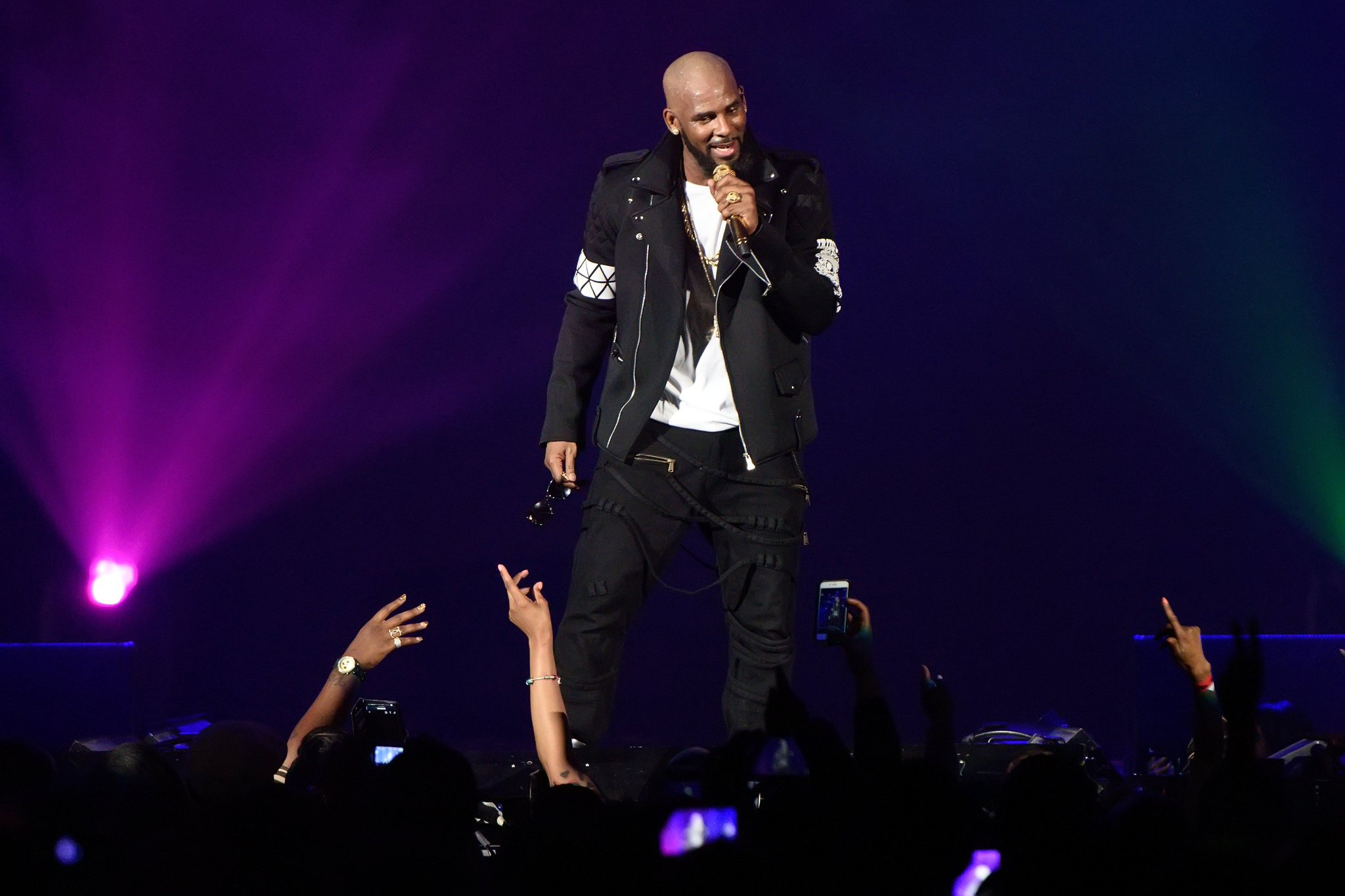 R. Kelly stages racy performance in North Carolina amid protest, allegations https://t.co/c8t6w4Sgsw https://t.co/haLH30wMyY