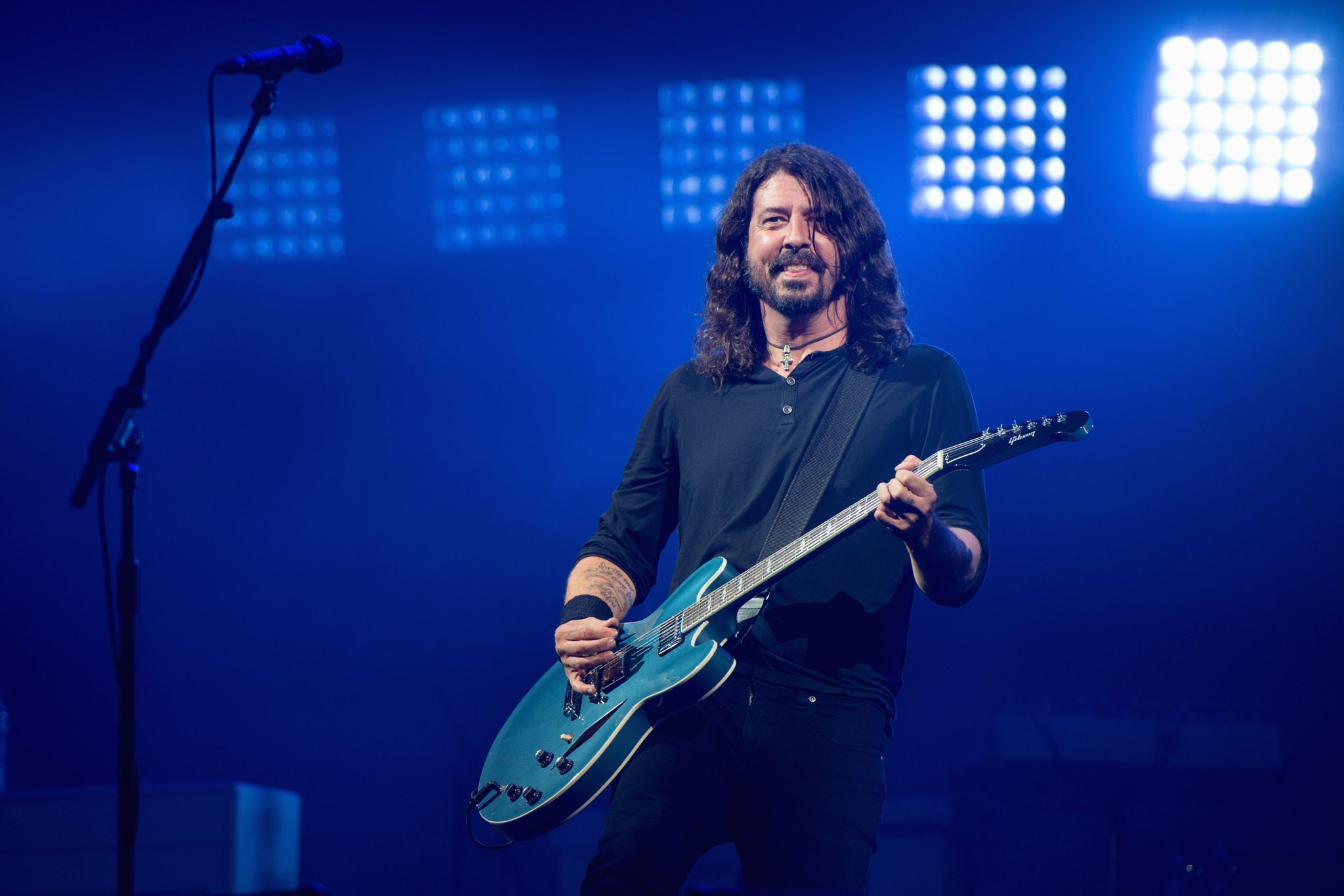 Watch Dave Grohl (@foofighters) and his daughter cover @Adele https://t.co/D4xF9kCtkS https://t.co/YWx6izGH1p