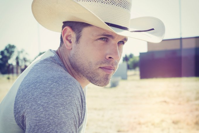 Happy birthday to Dustin Lynch! Can\t wait to see him at Jam this year!