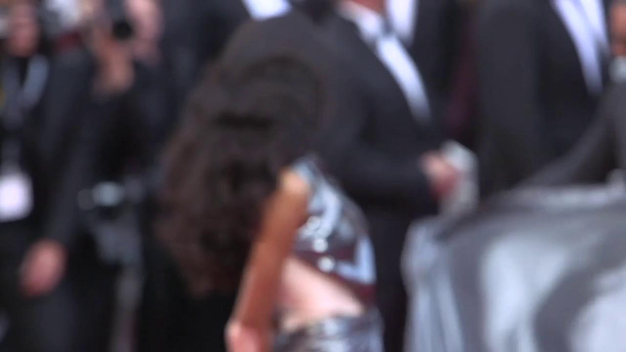 .@WinnieHarlow struts down the carpet at #SoloAStarWarsStory https://t.co/4QnOaFCjvg #Cannes2018 https://t.co/jnhLMcMMS4