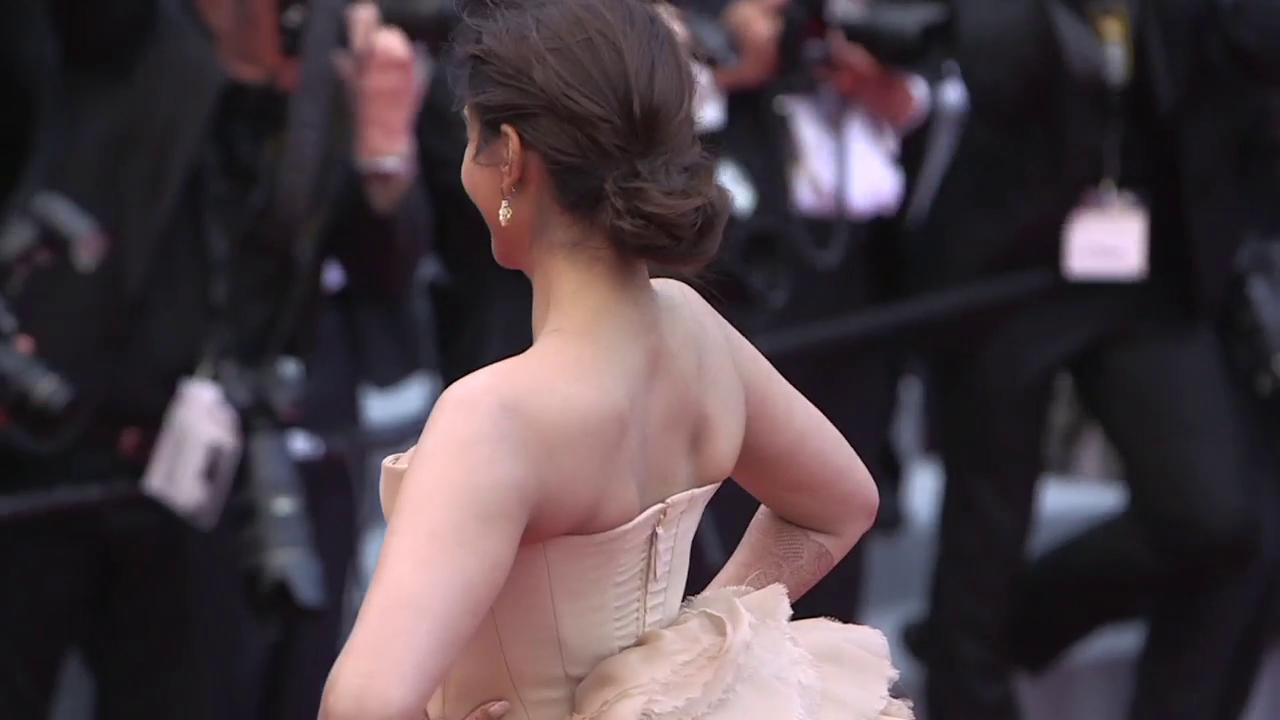 Bollywood actress @sonamakapoor at the #Cannes2018 premiere of #SoloAStarWarsStory https://t.co/4QnOaFCjvg https://t.co/zyJVaHgqzz