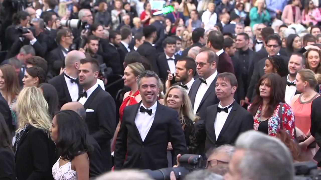 What a stunning train on model @WinnieHarlow's dress! https://t.co/4QnOaFCjvg #SoloAStarWarsStory #Cannes2018 https://t.co/9TpyCvwY7B