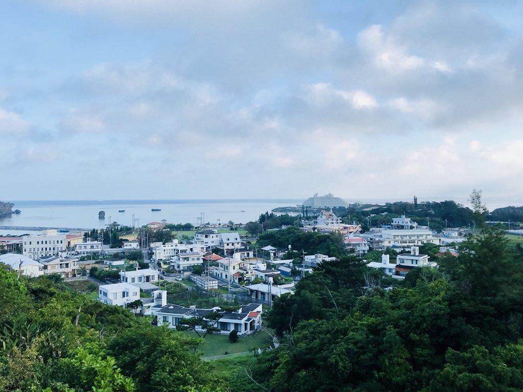 昨日よりもさらにべた凪な沖縄恩納村万座の海。釣りドカタ、お客さんの朝食準備をしながらもタックルについつい手が伸びる。 #釣りドカタ #優勝 #沖縄ペンション https://t.co/SbuulnbB7k