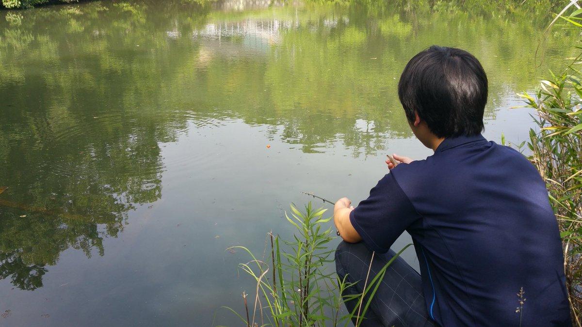 海釣りで釣れなかった鬱憤を部室の前の池で晴らす部員 https://t.co/n7IGFI6tfK