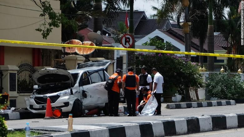 1 dead, 3 injured in sword attack on Indonesian police headquarters https://t.co/vfTUoyih2o https://t.co/Q69LsU6puy