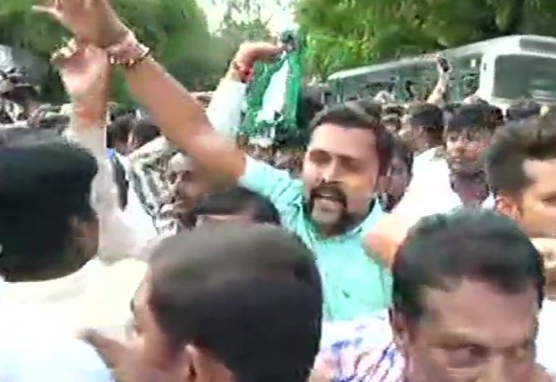 #Karnataka: JDS workers protest against BJP outside Raj Bhawan in #Bengaluru https://t.co/aQyZTdYc0d