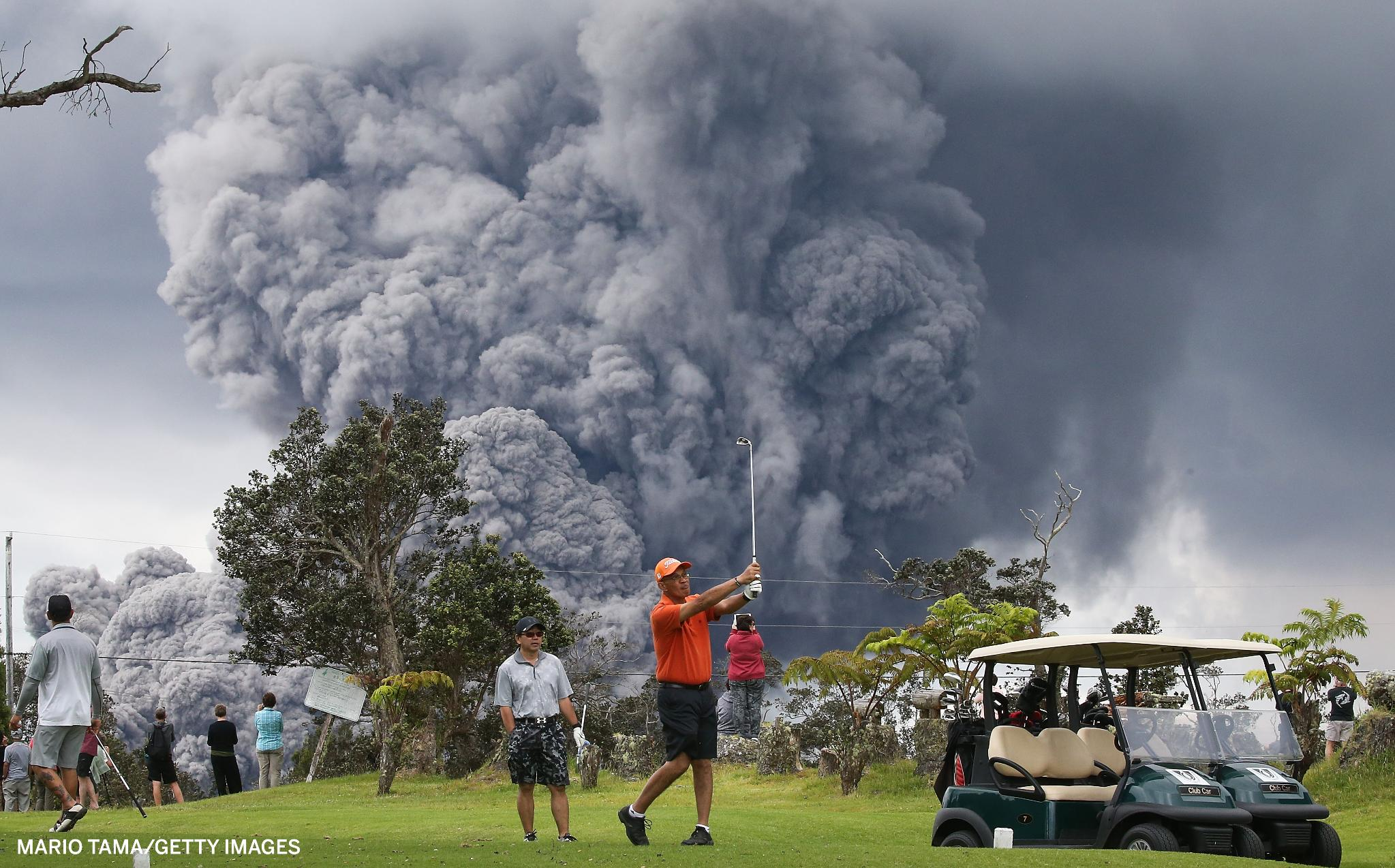 People continue to golf as an ash plume rises in the distance from the Kilauea volcano in Hawaii. https://t.co/bAxOAA9zkN