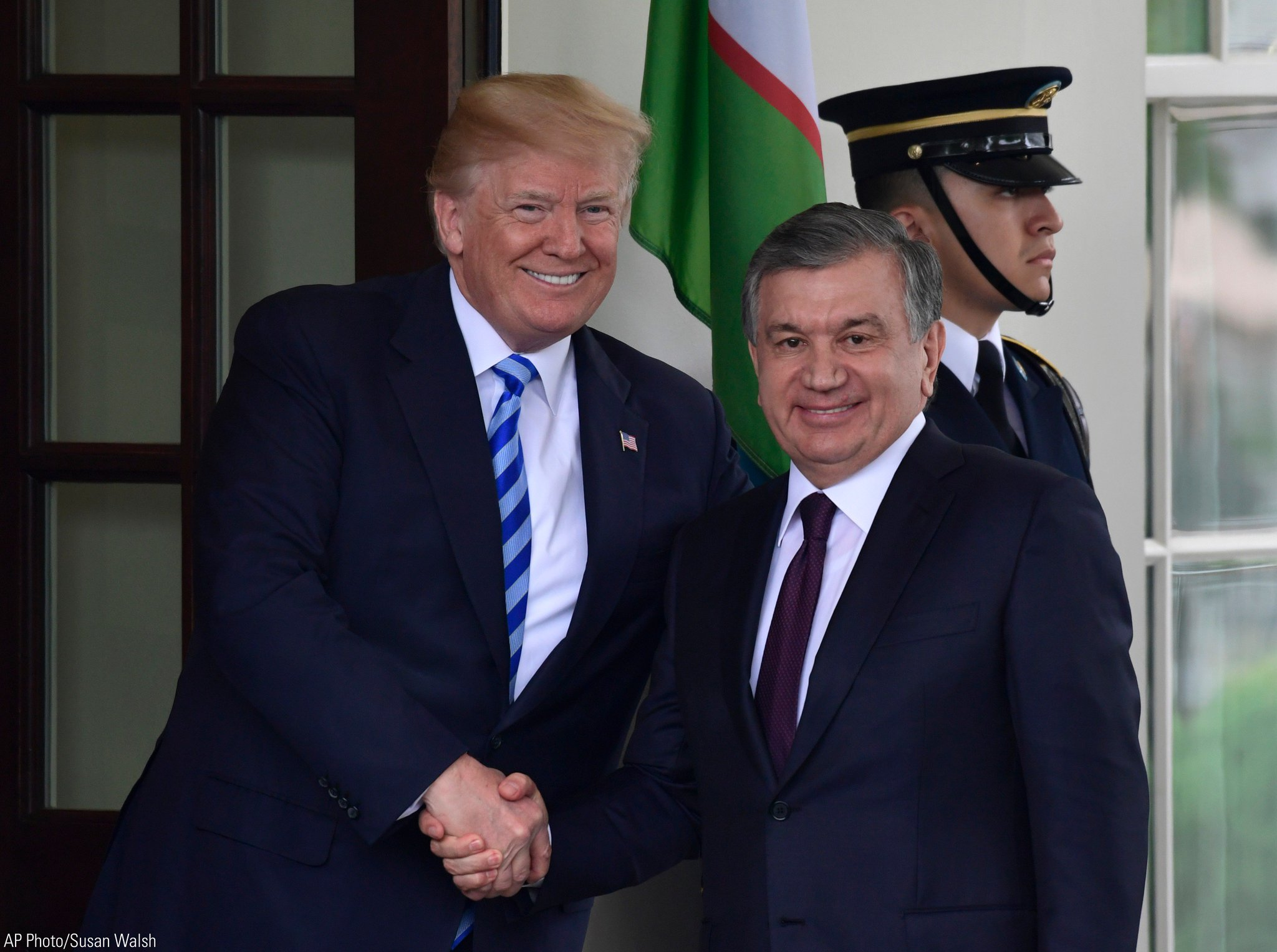 .@POTUS greets the Uzbek President Shavkat Mirziyoyev outside the West Wing of the @WhiteHouse https://t.co/BgOxz0RMId