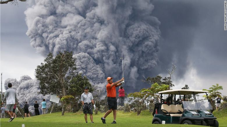 A little volcanic eruption couldn't ruin a day on the course for these golfers in Hawaii https://t.co/tuRxQMcdI7 https://t.co/MixPhuAXP7