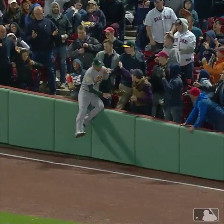Stephen Piscotty decided to make friends in the first row. �� https://t.co/mMXnShRI8O