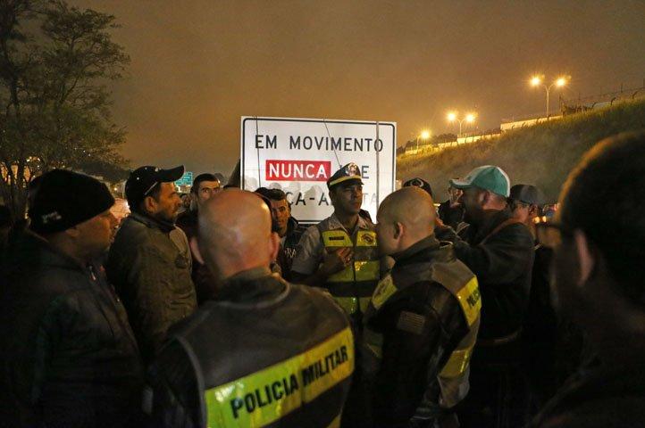 @BroadcastImagem: PMs conversam com caminhoneiros no km 26 da Rod. Anchieta, em São Bernardo do Campo. Rafael Arbex/Estadão