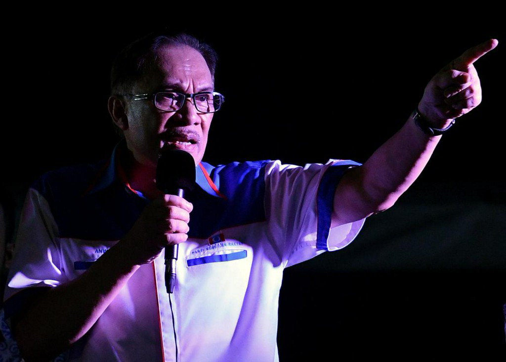 Exclusive: Malaysia's Anwar says 'shattered' Najib called him twice on election night https://t.co/W0WOzZkxRC https://t.co/qLAsCgRl8A
