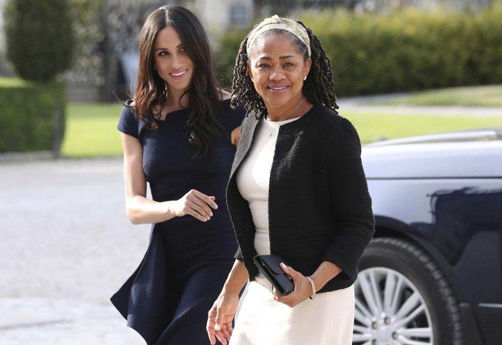 @BroadcastImagem: Meghan aparece ao lado da mãe, Doria Ragland, na véspera de seu casamento com Harry. Steve Parsons/AP