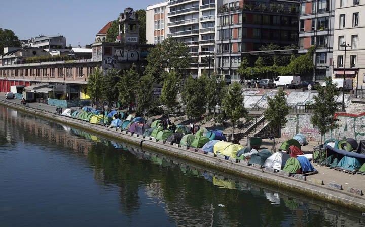@BroadcastImagem: Acampamento de migrantes ocupa a margem do canal Saint-Martin, em Paris. Francois Mori/AP