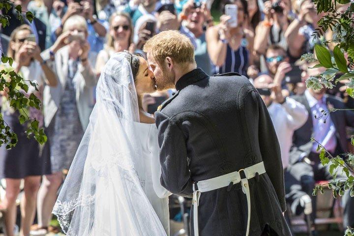 @BroadcastImagem: Príncipe Harry e Meghan Markle se beijam após se casarem em Windsor. Danny Lawson/Pool/AP