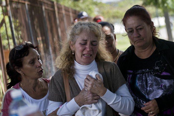 @BroadcastImagem: Familiar de vítima do acidente aéreo em Cuba chora em frente ao IML de Havana. Ramon Espinosa/AP
