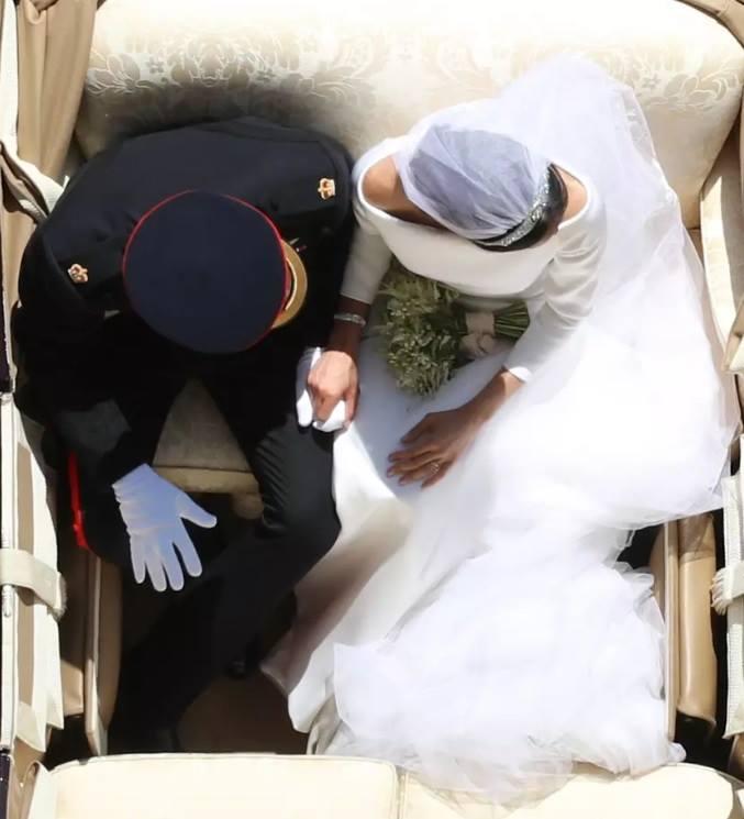 """صورة """"عين النسر"""" للعروسين #الأمير_هاري و #ميغان_ماركل تنال إعجاب الملايين وتذكرنا بالقصص الخرافية! #الزفاف_الملكي #RoyalWedding https://t.co/8M0WKn2i4r"""