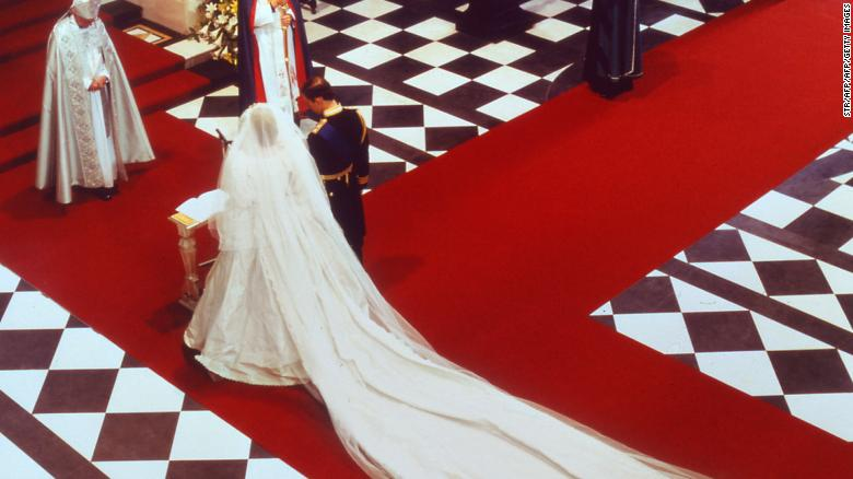 Some #royalwedding observers saw a clear nod to Princess Diana in Meghan's gown  https://t.co/I3oyiBArmn https://t.co/Fx9XUVqSXR