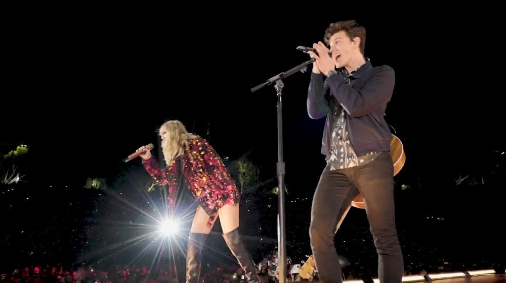 WATCH: @ShawnMendes surprised @taylorswift13 fans at the Rose Bowl Saturday night https://t.co/9grmxQyVlU https://t.co/Hzc9iIyaez