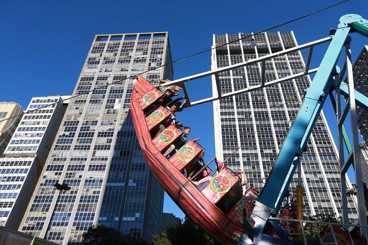 @BroadcastImagem: Parque de diversões é instalado no Vale do Anhangabaú durante a Virada Cultural em SP. Tiago Queiroz/Estadão