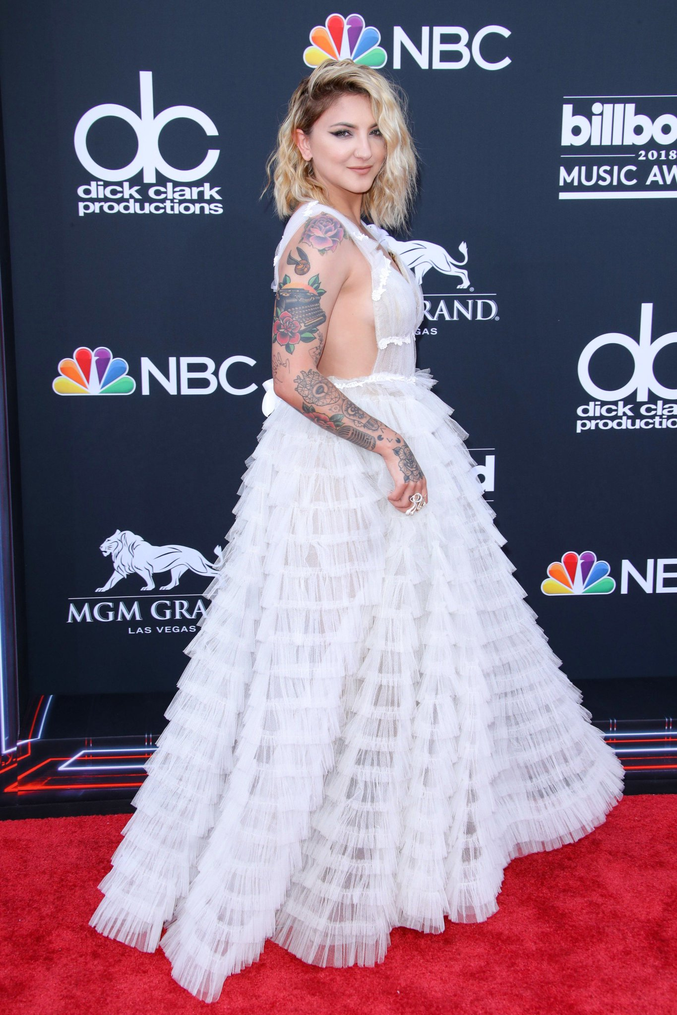 .@juliamichaels stuns on the #BBMAs red carpet. See more arrival photos: https://t.co/Rkv0D6HaMi https://t.co/tV0JjN1SPe