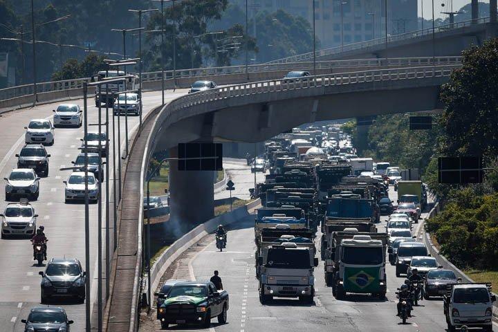 @BroadcastImagem: Caminhoneiros protestam na Marginal Pinheiros, em SP, contra o aumento do diesel. Felipe Rau/Estadão