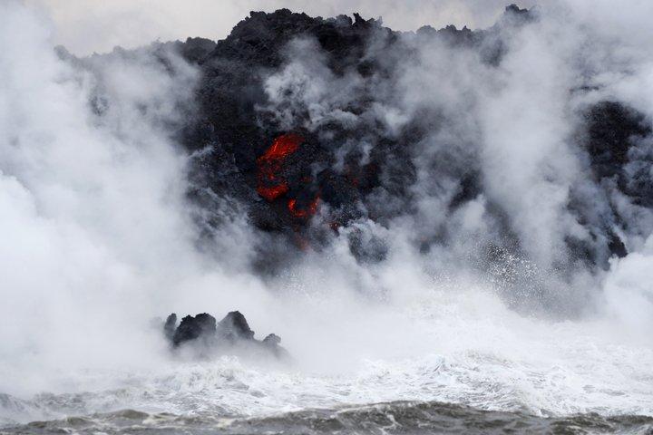 @BroadcastImagem: Lava do vulcão Kilauea chega ao oceano e gera nuvem tóxica no Havaí. Jae C. Hong/AP