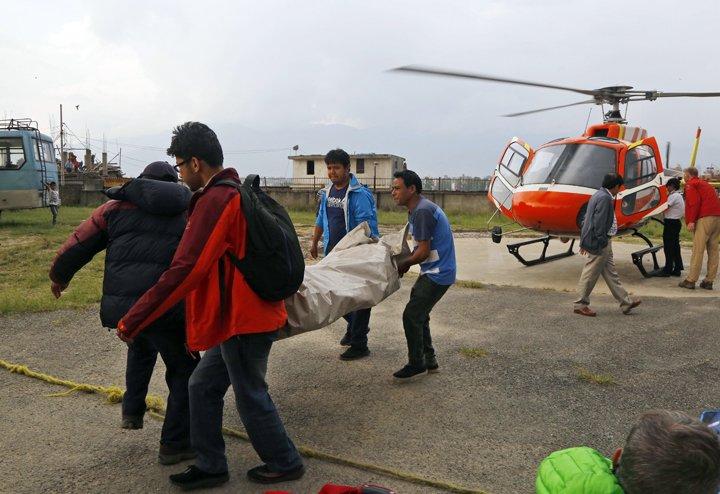 @BroadcastImagem: Dois alpinistas estrangeiros morrem tentando escalar o Monte Everest, no Nepal. Niranjan Shrestha/AP
