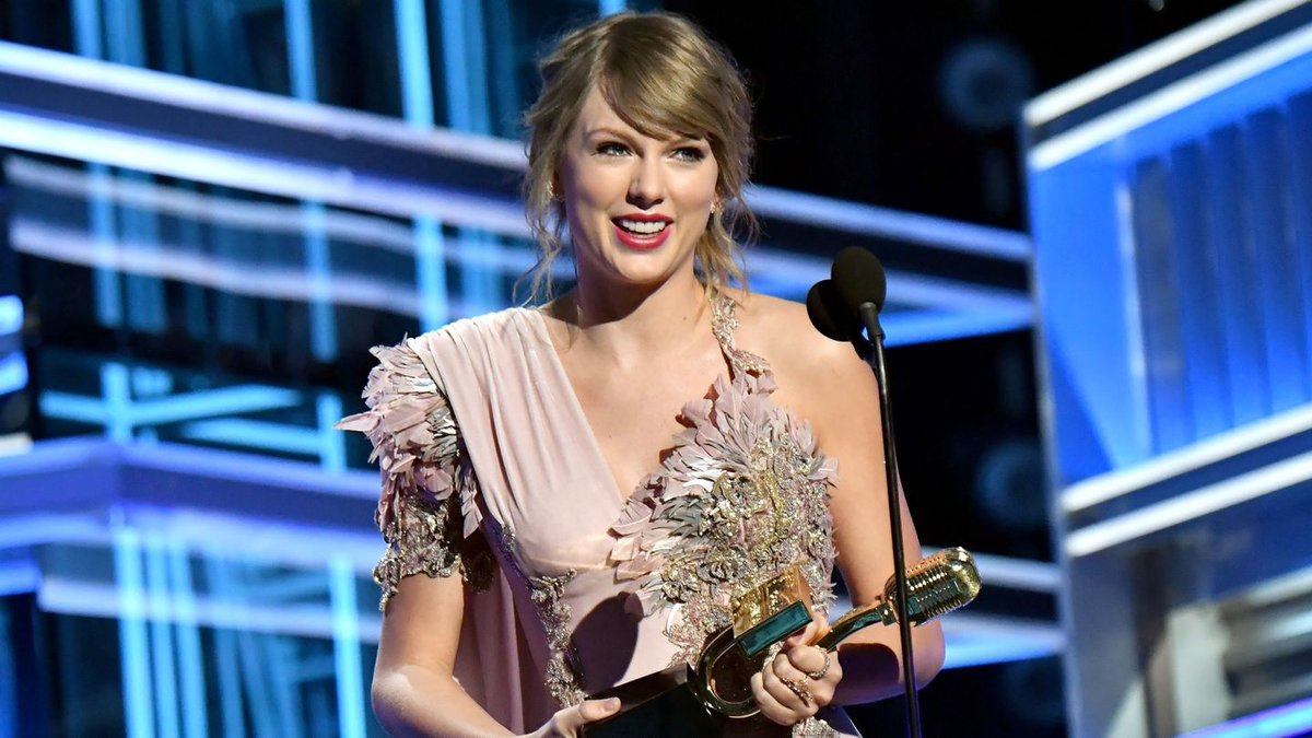 Taylor Swift Thanks Fans For Making Her Feel 'Understood' At First Awards Show In Two Years
