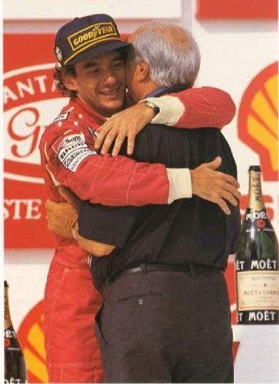 RT @tassennaoficial: #DiaDoAbraço Ayrton Senna e Juan Manuel Fangio no pódio do GP Brasil de 1993. #SennaSempre https://t.co/J6xkWPfegS