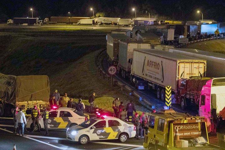 @BroadcastImagem: Caminhoneiros bloqueiam acesso do Rodoanel à Rod. Regis Bittencourt, em Embu das Artes. Daniel Teixeira/Estadão