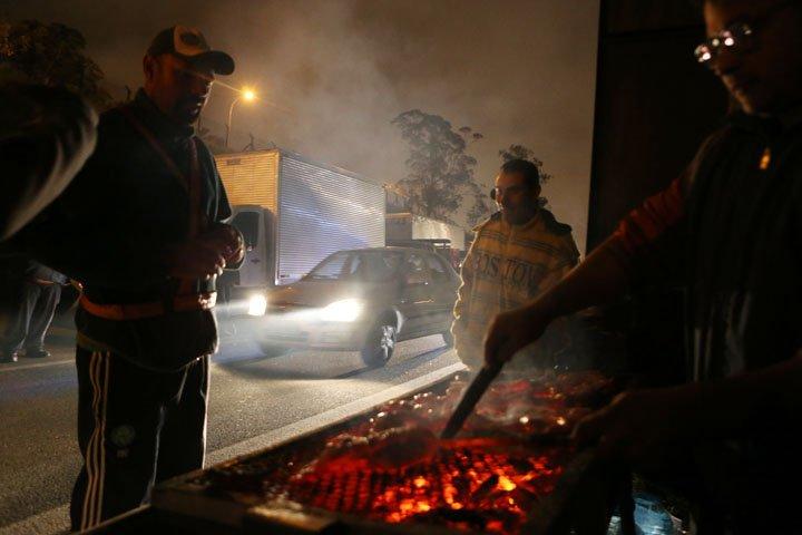 @BroadcastImagem: Caminhoneiros fazem churrasco enquanto acampam na Rodovia Anchieta, no ABC Paulista. Rafael Arbex/Estadão