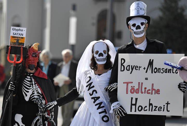 @BroadcastImagem: Ativistas protestam na Alemanha contra aquisição da gigante de sementes Monsanto pela Bayer. Martin Meissner/AP