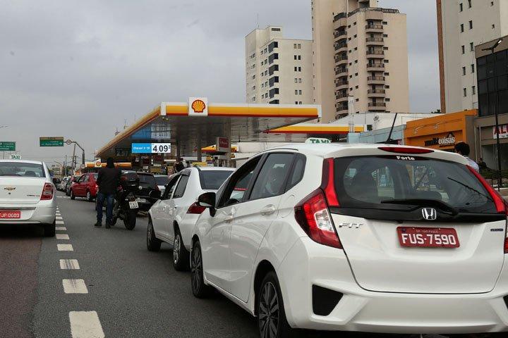 @BroadcastImagem: Postos de combustível de SP registram filas no 5º dia de greve dos caminhoneiros. Hélvio Romero/Estadão