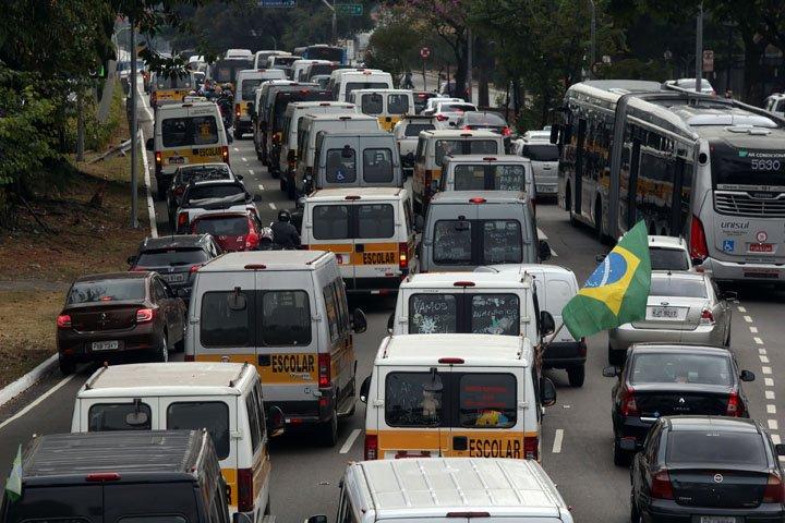 @BroadcastImagem: Motoristas de vans escolares aderem à paralisação dos caminhoneiros em São Paulo. Hélvio Romero/Estadão