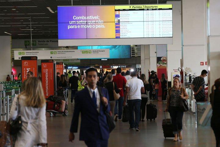 @BroadcastImagem: Movimentação na área embarque do Aeroporto de Brasília, onde voos foram cancelados. André Dusek/Estadão