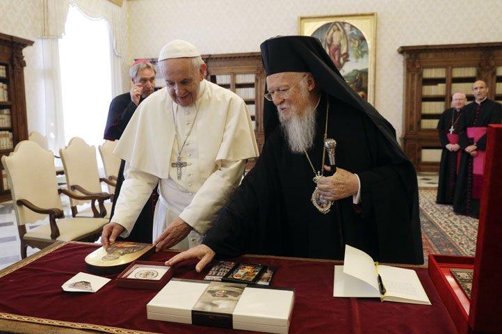 @BroadcastImagem: Papa Francisco se encontra com o Patriarca Ecumênico de Constantinopla, Bartolomeu. Gregorio Borgia/AP