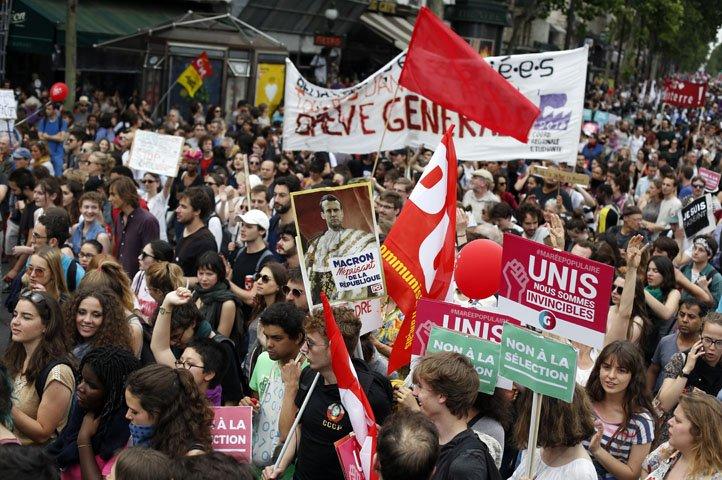 @BroadcastImagem: Franceses protestam contra políticas de Macron; polícia acompanha manifestação. Thibault Camus/AP